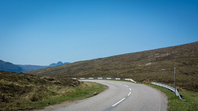 Bend in A894 at the top of Skiag
