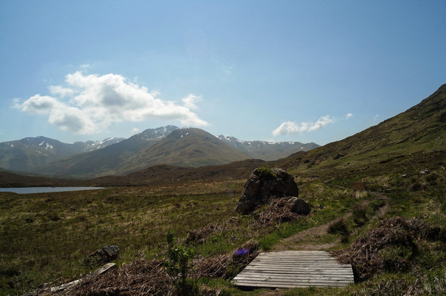 Looking west along the path above Loch Coulavie