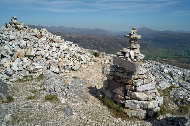 Conservation Cairn and summit of Leathad Buidhe