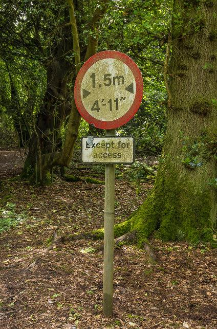 Width restriction sign