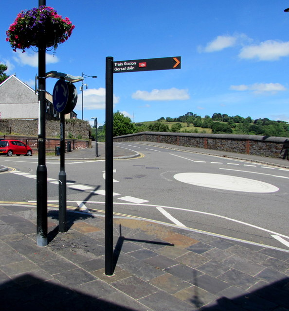 Bilingual sign pointing towards Bargoed railway station