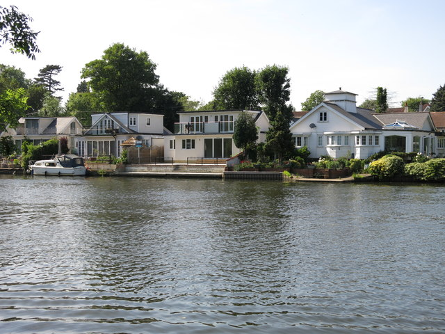 The River Thames Path by the eastern end of Sunbury Court Island