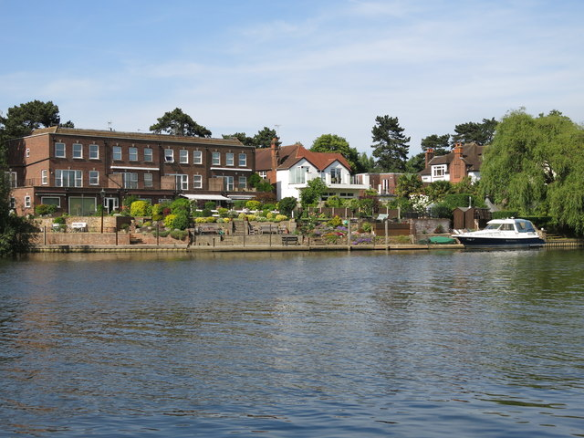 The River Thames and houses on Lower Hampton Road (3)