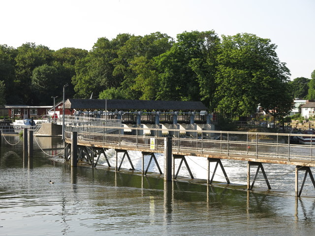 Weir on the River Thames at the eastern end of Ash Island