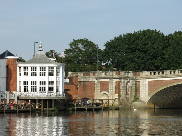 The northern end of Hampton Court Bridge