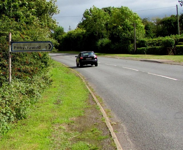 Pen-y-clawdd direction and distance sign in Coed-y-fedw, Monmouthshire
