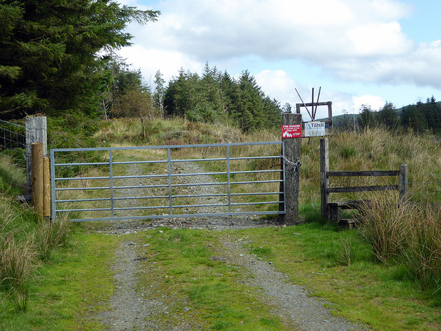 Locked gate and stile at the entrance to the Briddlellarw forest