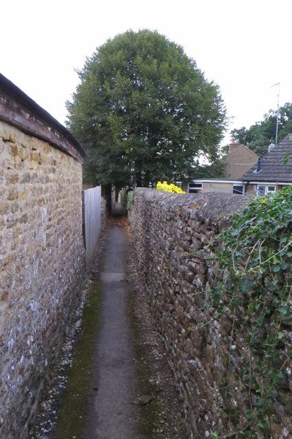 Narrow footpath going south