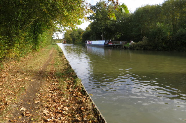 Midshires Way along the Grand Union Canal