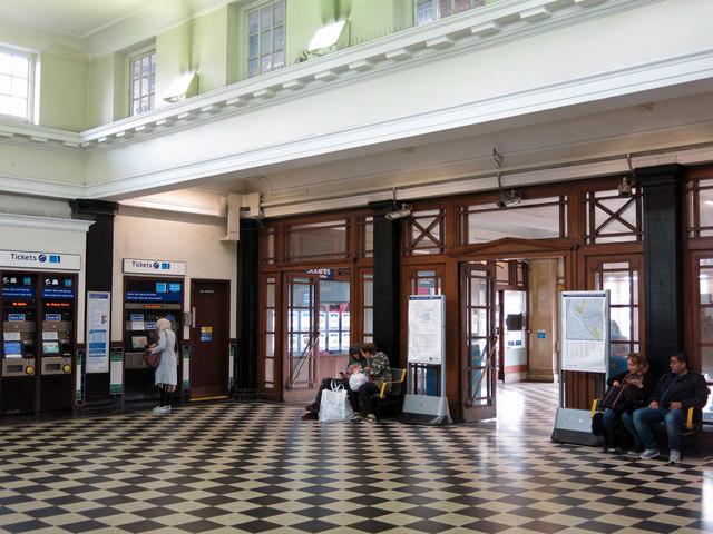 Hendon Central tube station - entrance hall