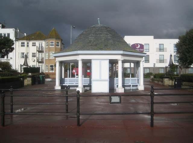 Clacton-on-Sea: Seafront shelter near Penfold Road