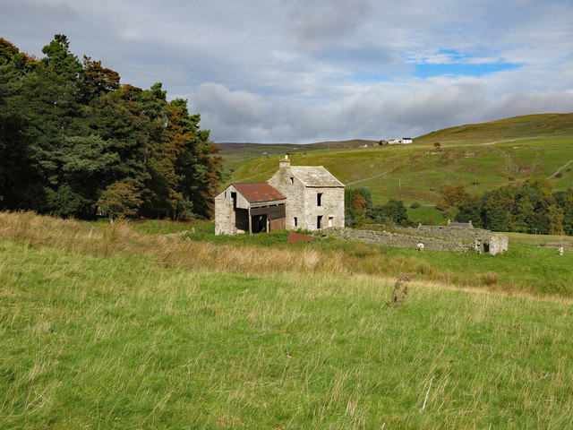Rough pasture and derelict farmhouse by Ullsfield Plantation