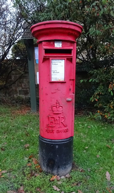 Elizabeth II postbox on Farnley Lane