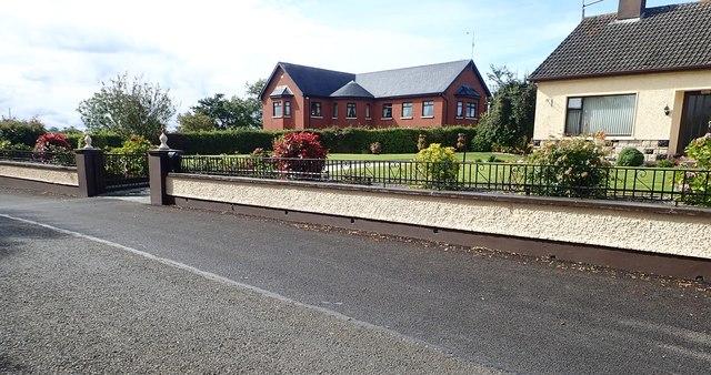 Modern housing along the road between Ballybinaby Bridge and Ballybinaby Crossroads