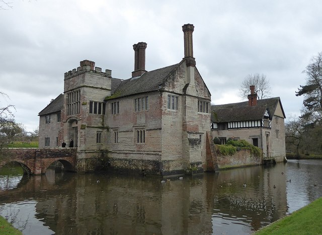 Baddesley Clinton - The manor and its moat