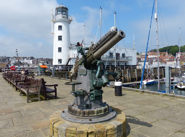 Lighthouse and gun on Vincent's Pier