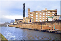 SE1039 : Leeds & Liverpool Canal at Damart Mill by Des Blenkinsopp