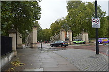 TQ2879 : Gates to Hyde Park by N Chadwick