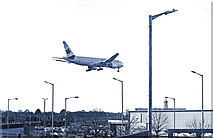 TQ0975 : About to land at Heathrow by Des Blenkinsopp