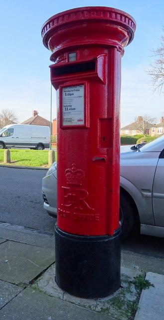 Elizabeth II postbox on Thames Road, Redcar