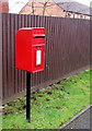 ST2997 : Queen Elizabeth II postbox alongside a fence, Pontrhydyrun Road, Cwmbran by Jaggery
