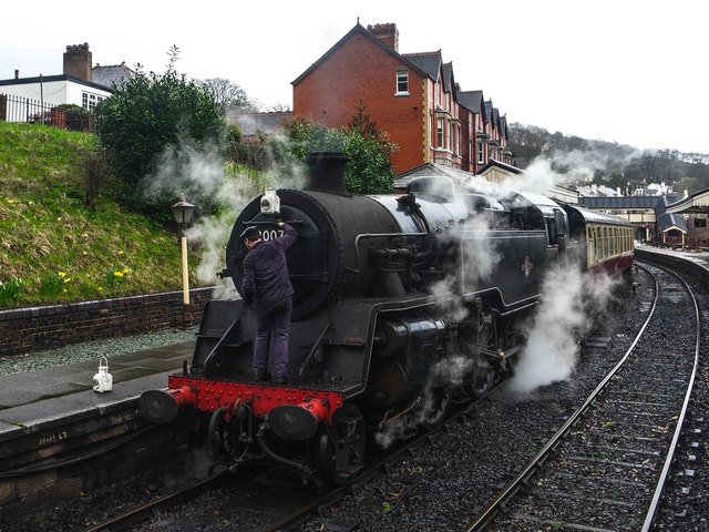 Putting a lamp on the 80072, Llangollen Station