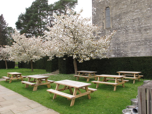 Outdoor tables of the White Hart, Dartington