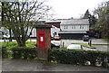 SU9988 : George V postbox on Oxford Road, Gerrards Cross by JThomas