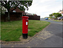 ST3091 : Queen Elizabeth II pillarbox on a Malpas corner, Newport by Jaggery