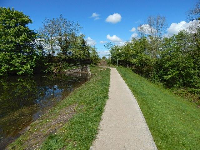 Upper Glen Dam: path along embankment