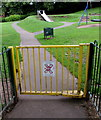 ST3388 : Notice to smokers on an entrance gate to Beechwood Park, Newport by Jaggery