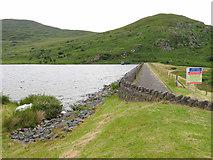 SH5544 : The dam at Llyn Cwmystradllyn by Gareth James