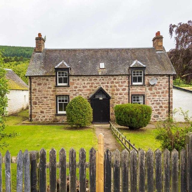 Dochgarroch Lock - Keeper's House by valenta