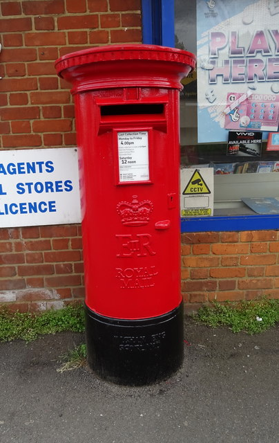 Elizabeth II postbox on Markyate Road, Slip End