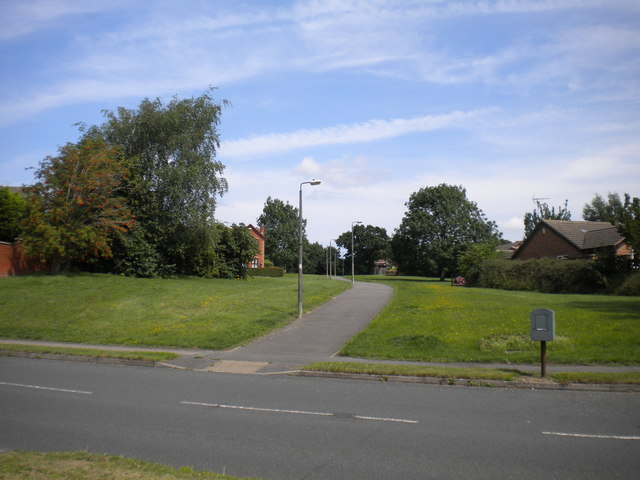 Footpath to Smalley Drive, Oakwood