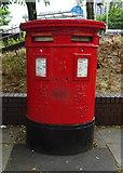 SU1584 : Double aperture Elizabeth II postbox on Fleming Way, Swindon by JThomas