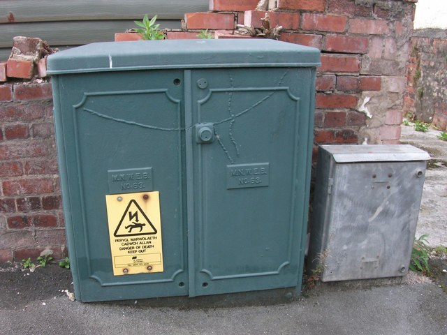 Old Manweb electrical cabinet on Osbourne Terrace, Bangor