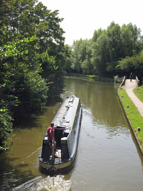 Narrowboat heading south from Springwell Lock