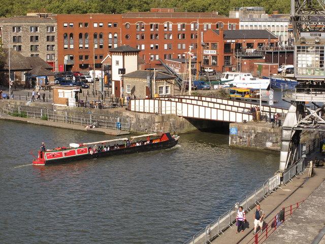 The Bristol Packet carries passengers under Prince Street Bridge