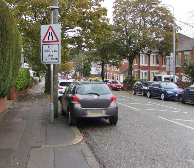 Warning sign - narrower road for 320 yds, Lake Road North, Cardiff