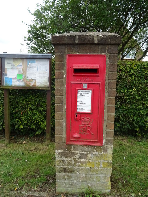 Elizabeth II postbox on Swalcliffe Road, Tadmarton