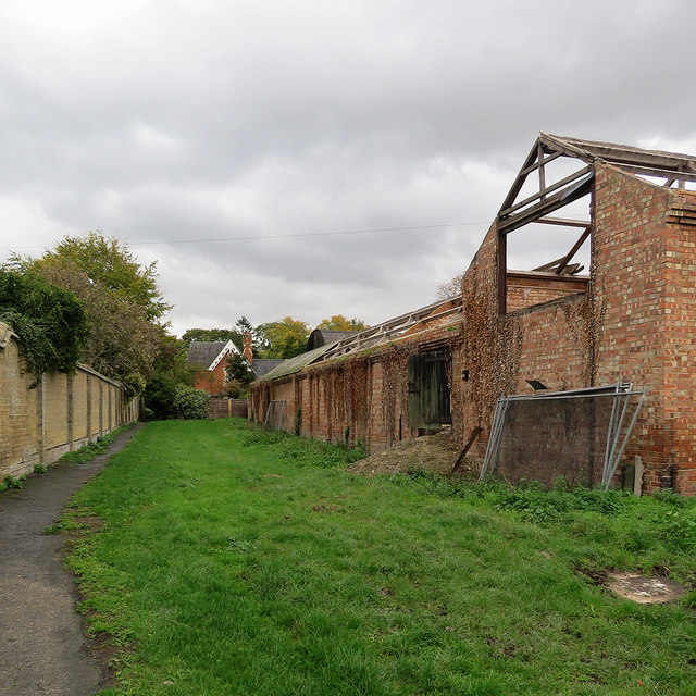 Harlton: abandoned farm buildings by Snakes Lane
