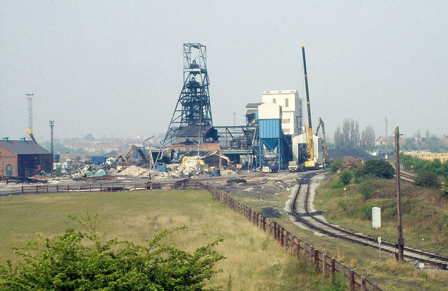 Demolishing Kiveton Park Colliery 1995