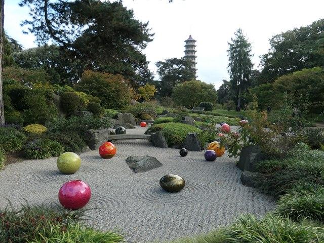 Dale Chihuly's Niijima Floats in Kew's Japanese garden