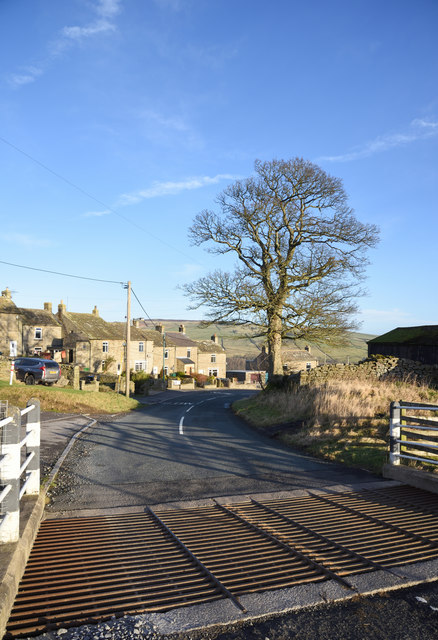 Road and cattle grid at Hill End