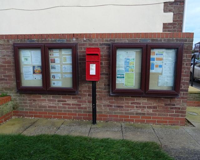Elizabeth II postbox on Main Street, Paull
