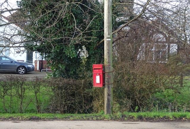 Elizabeth II postbox on the A1033, Bridge Bungalows