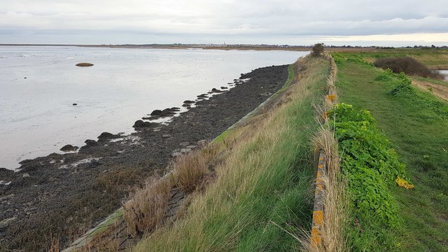 Kirby-le-Soken: Sea defence embankment and wall east of Peter's Point