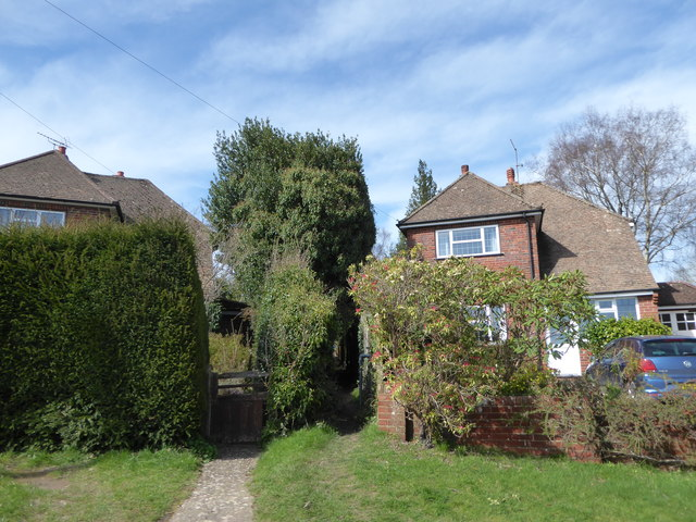 Cut through from Highbury Grove to Pine View Close