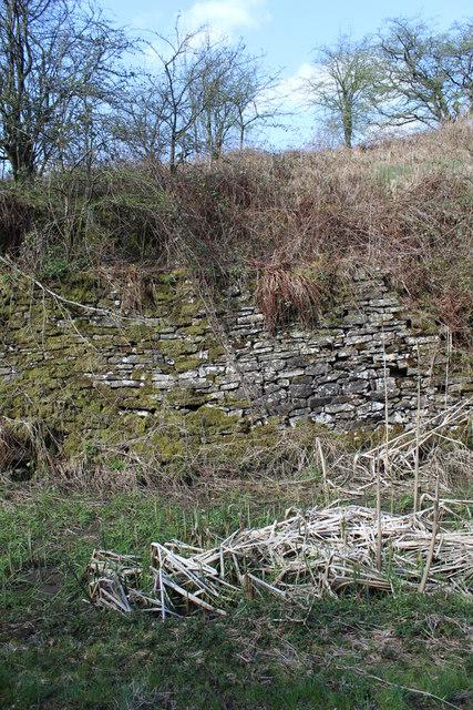 Railway cutting retaining wall